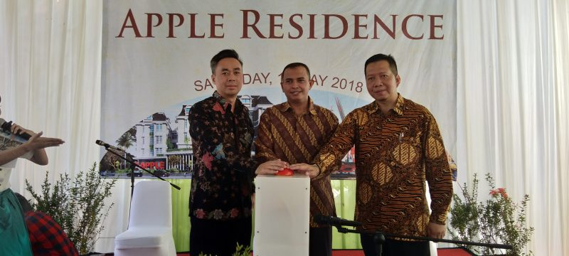 Presiden Direktur Diamondland Development Adam Bilfaqih, Managing Director Diamond Land Development Bayu Setiawan, dan CEO Diamond Land Development Tjandra Tjokrodiponto memencet bel tanda Groud Breaking Apple Residence.